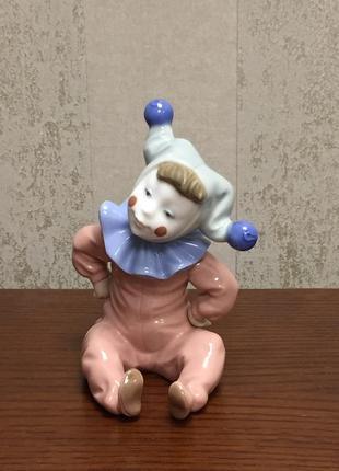Фарфоровая статуэтка nao «сидящий маленький шут».