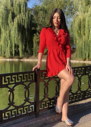 Платье красное на запах в горох с рюшами