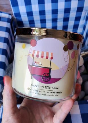 Свеча на 3 фитиля berry waffle cone от bath and body works