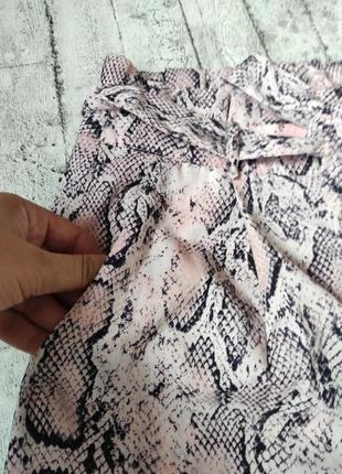 Брюки в змеиный принт со складками на поясе3 фото