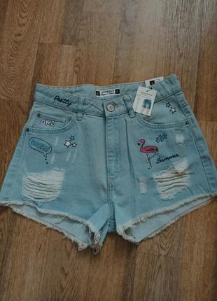 Голубые джинсовые шорты с рваными элементами в принт