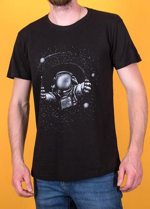 Мужская черная футболка с космонавтом