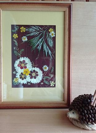 """Картина з пресованих рослин в техніці ошибана  """"композиція з квітів на вишневому фоні"""""""
