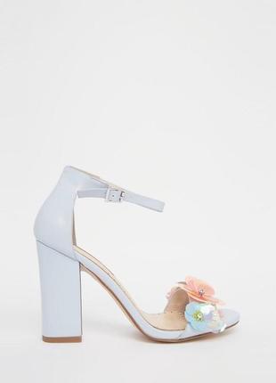 Босоножки miss kg на каблуке с цветами 3d небесно-голубого цвета.