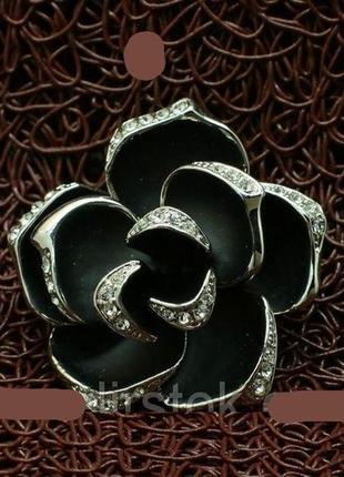 Стильная черная брошь с черной розовой в стразах на лепестках