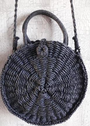Соломенная сумка оригинального дизайна.
