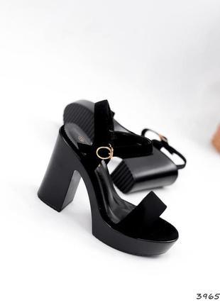Босоножки черные на каблуке roberta