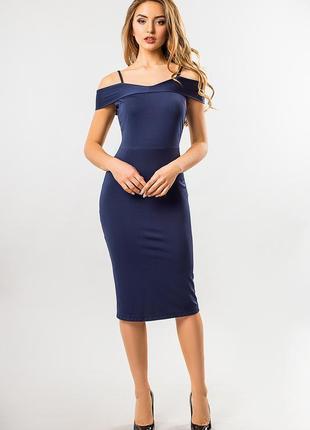 Облегающее базовое синее платье с открытыми плечами на тонких бретелях