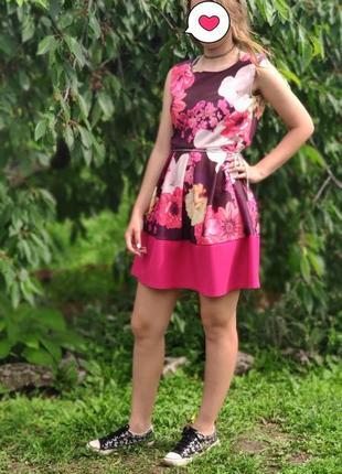 Цветпстое розовое платье
