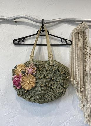 Красивая плетёная из соломы сумка. есть ручки из экокожи, аппликация из цветов, деревянные бусины, подкладка