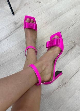 Модные кожаные босоножки тупой квадратный носок модель kaif
