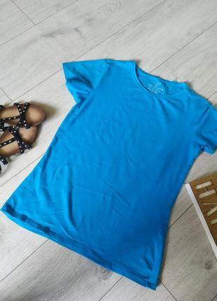 Синьо-голуба футболка.