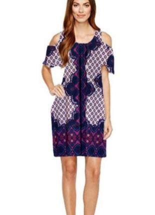 Платье в принт с открытыми плечами с орнаментом.