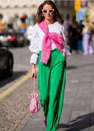 Укороченные брюки в трендовом цвете