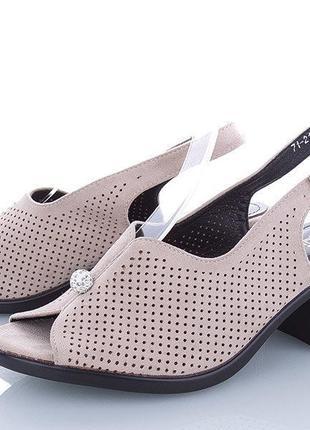 Женские босоножки на низком каблуке