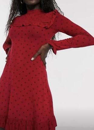 Трендовое красное платье в горошек с рюшами