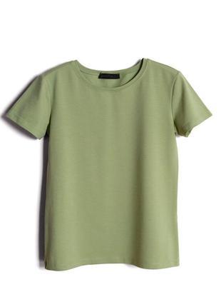 Базовая футболка из хлопка прилегающего силуэта.