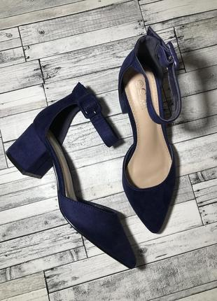 Женские туфли на невысоком каблуке