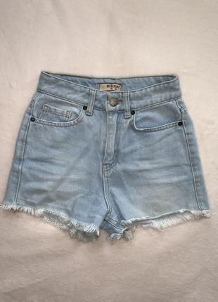 Трендовые джинсовые шорты с высокой посадкой