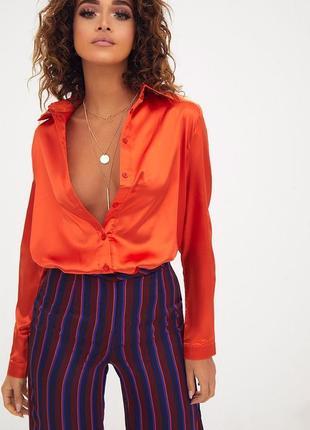 Оранжевая атласная рубашка.