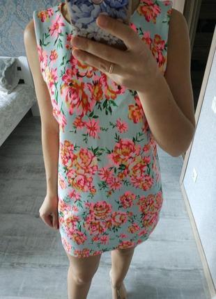 Красивое летнее платье в цветы прямого кроя