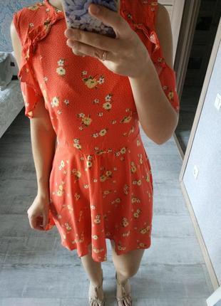 Очень нежное актуальное платье с рюшами открытые плечи