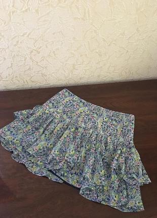 Летняя мини-юбка голубая в цветочный принт с рюшами шифон