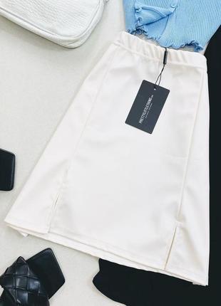 Молочная кожаная юбка трапеция с разрезами