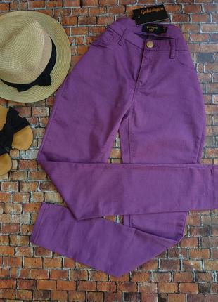 Фиолетовые легкие джинсы