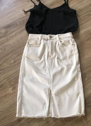 Белая джинсовая юбка с разрезом