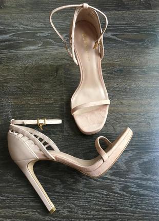Дизайнерские босоножки на высоком каблуке