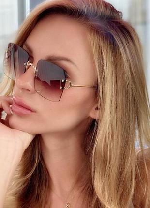 Солнцезащитные очки и футляр,квадраты