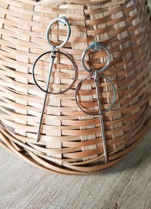 Серьги кольца в минималистичном дизайне, серебристый финиш