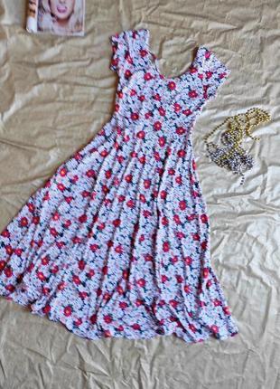 Красивое яркое платье в цветочный принт