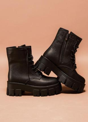 Ботинки из черной кожи на высокой подошве