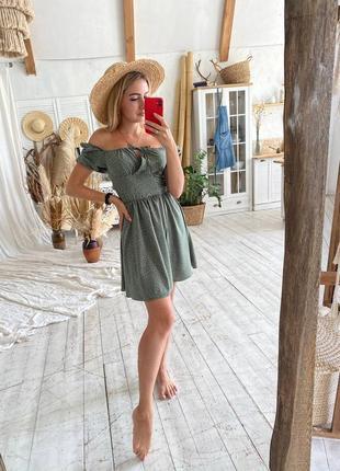 Нежное фисташковое платье с открытыми плечами7 фото