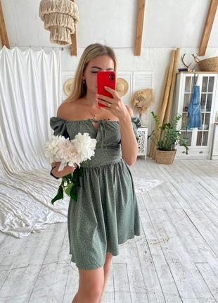 Нежное фисташковое платье с открытыми плечами9 фото