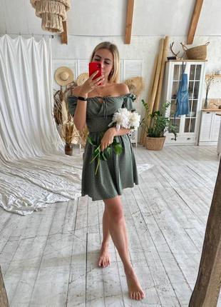 Нежное фисташковое платье с открытыми плечами6 фото