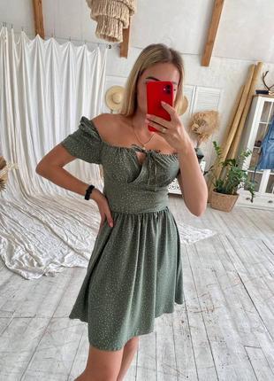 Нежное фисташковое платье с открытыми плечами1 фото