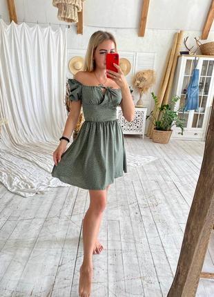 Нежное фисташковое платье с открытыми плечами5 фото