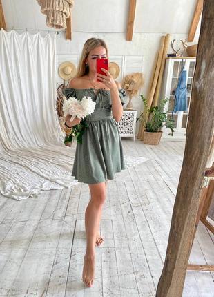 Нежное фисташковое платье с открытыми плечами8 фото