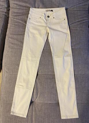 Белые джинсы skinny