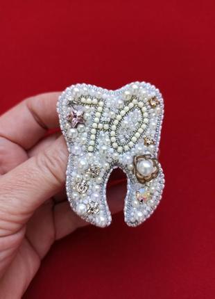 Великолепная брошь зубик с именной монограммой для стоматолога