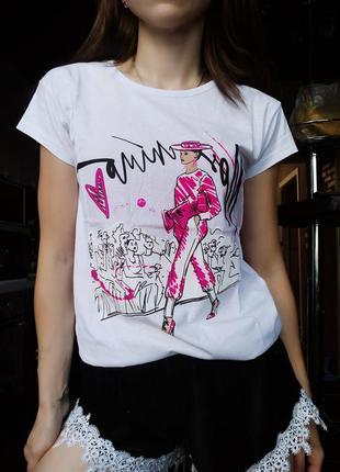 Базовая белая летняя футболка с ярким принтом