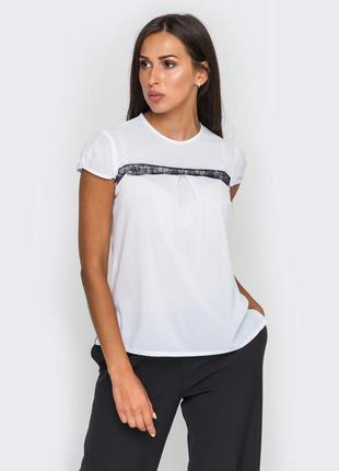 Белая блузка с отделкой из кружева
