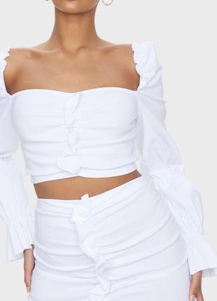 Белый нарядный эластичный кроп топ prettylittlething