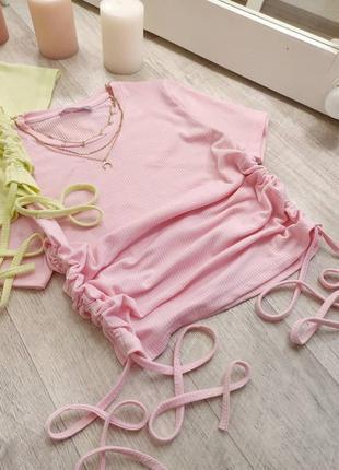 Розовый топ футболка в рубчик с стяжками по бокам1 фото