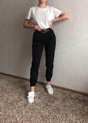 Черные джинсы на высокой посадке джоггеры