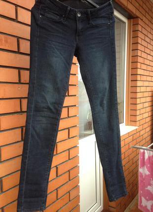 Темные джинсы скини  mango