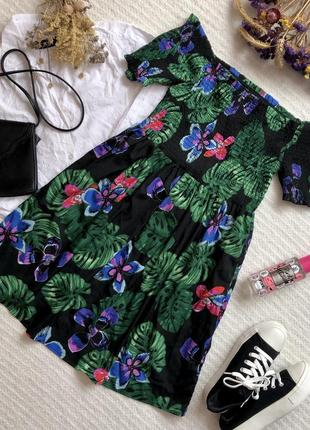 Тонкое летнее платье с ярким принтом и открытыми плечами